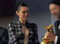 栗山千明が「東京国際映画祭」閉幕式に胸元が網状になったセクシーなチェック柄のワンピース姿で登場